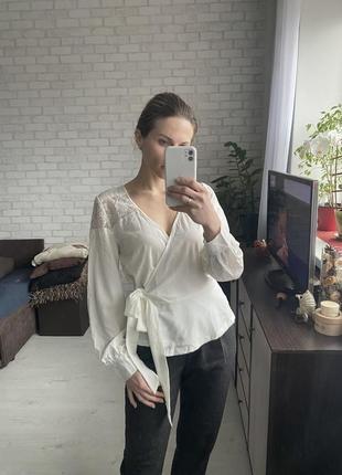 Белая блуза на запах, с кружевом