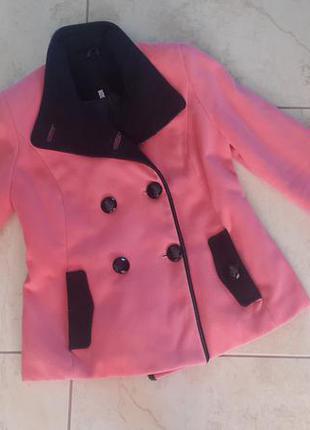 Гарненьке рожеве пальто прямого крою