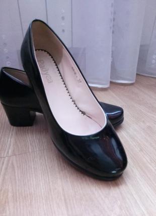 Стильные лаковые туфли на каблуке ,эко кожа лакированная