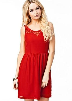 Красное шифоновое платье с кружевом