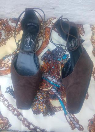 Красивые  шоколадные замшевые  туфли с резинкой  elegance париж.