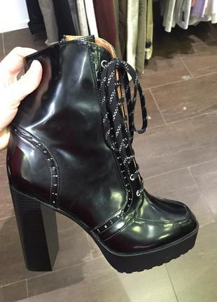 Полусапоги на шнуровке и высоком каблуке