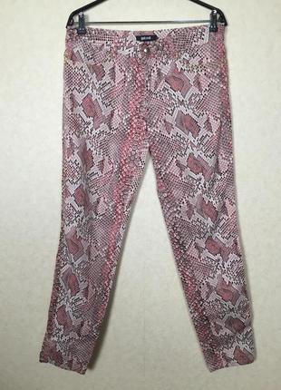 Роскошные новые джинсы большого размера со змеиным принтом . оригинал бренда!