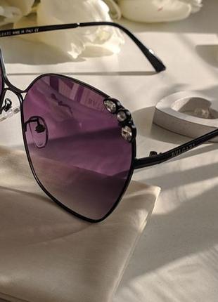Солнцезащитные очки с фиолетовыми стеклами и стразами