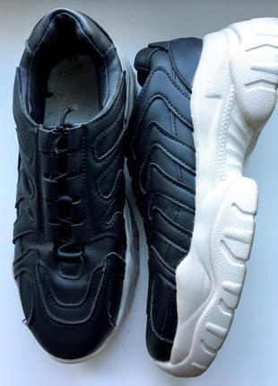 Легенькі кросівки на грубій підошві