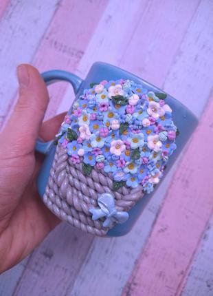 Нежные цветы из полимерной глины на чашке