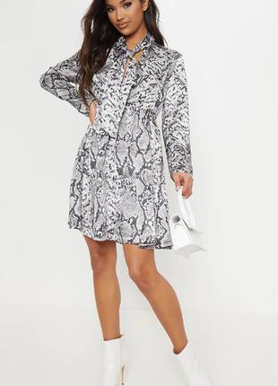 Свободное атласное платье с длинным рукавом в принт