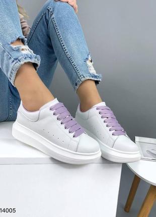 Белые кожаные мaкквины с сиреневыми шнурками