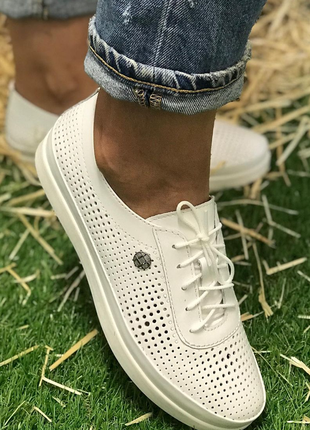 Женские кожаные кроссовки с перфорацией