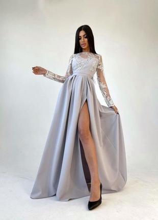 Платье макси с кружевным верхом и разрезом на юбке серое