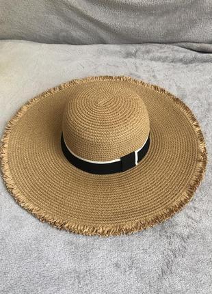 Пляжная шляпа с широкими полями и лентой