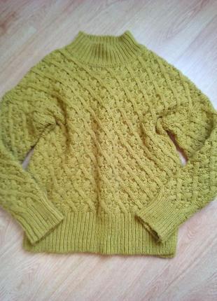 Красивый свитер горчичного цвета крупной вязки с плетением.