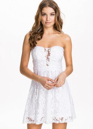 Белое кружевное платье бандо