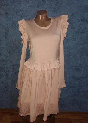 Нежное платье миди с пышной юбкой и открытыми плечами нюдового цвета