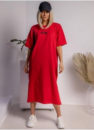 Платье-футболка миди с разрезом с надписью красное