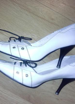 Белые туфли на шнуровке