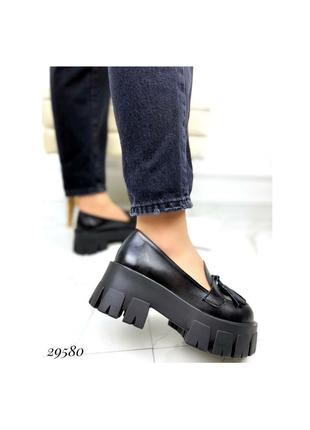 Туфли лоферы на высокой тракторной подошве с кисточками чёрные натуральная кожа