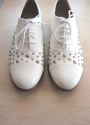Sale! кожаные женские туфли бренда clarks. стильные туфли с декором заклепками