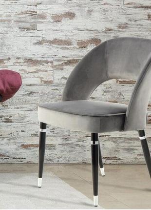 Стул-кресло с чёрными ножками и серой бархатистой обивкой