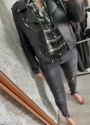 Стильные джинсы с фабричными рваностями