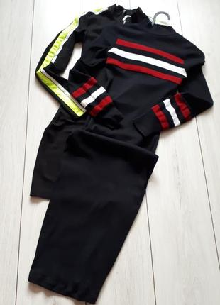 Черное платье миди в рубчик