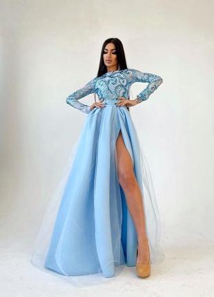 Платье-макси с пышной юбкой и блестящим верхом голубое