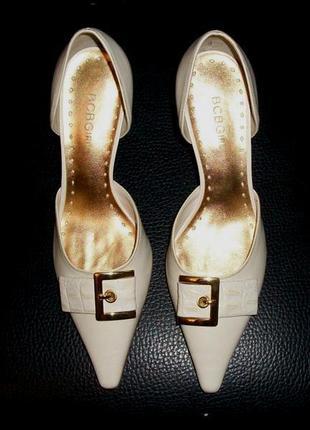 Шикарные класические туфли босоножки bcbgirls молочные