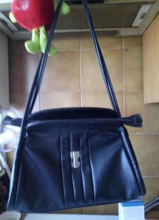 Строгая деловая сумка с одним внутренним карманом.