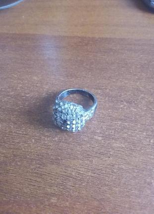 Кольцо-печатка с кристаллами