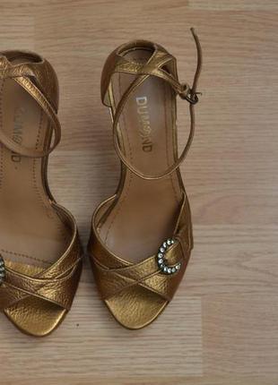 Золотистые босоножки на высоком каблуке