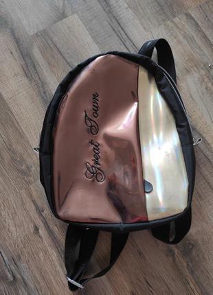 Красивый рюкзак, очень вместительный, подойдёт для прогулок )