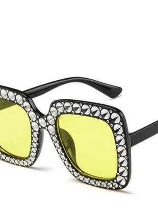 Стилизованные солнцезащитные очки с желтой линзой