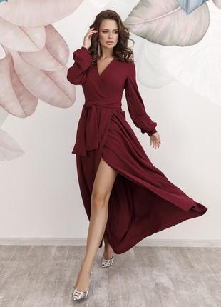 Вечернее длинное платье на поясе с вырезом и с длинными рукавами на менжетах