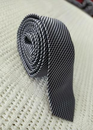 Узкий блестящий галстук