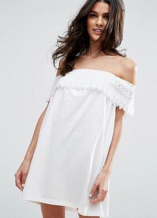 Белое трикотажное платье