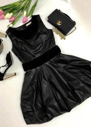 Актуальное черное платье из эко-кожи и  эко -мех под пони.и пышной юбочкой.