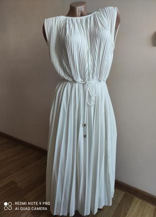 Платье молочного цвета в плиссировку