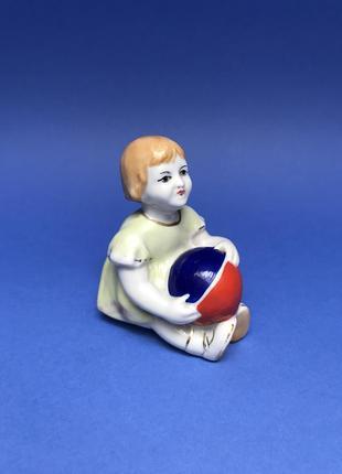 Статуэтка девочки с мячем