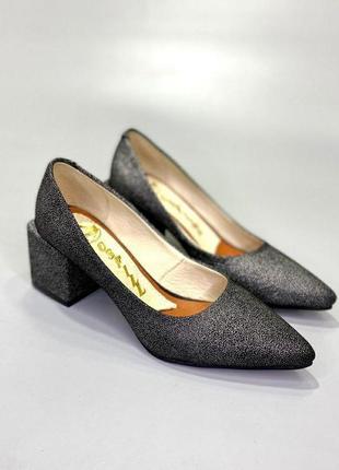 Туфли лодочки с острым носом на широком каблуке