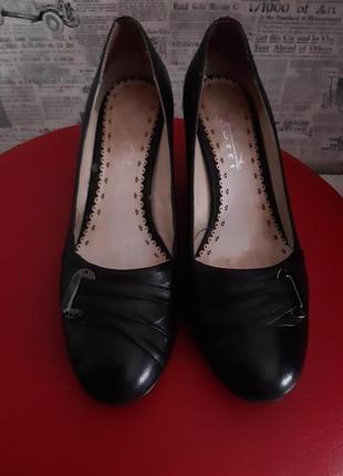 Классные кожаные туфли на устойчивом каблуке, gotti