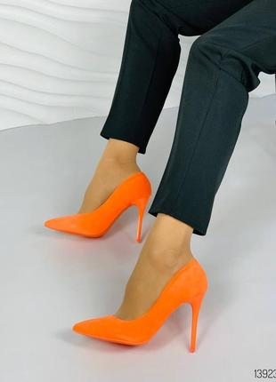 Яркие неоновые туфли