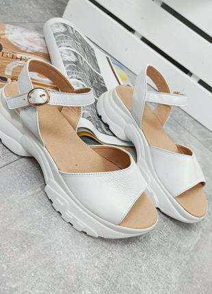 Кожаные босоножки белый стильные