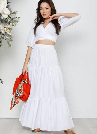 Белый костюм с топом и длинной юбкой