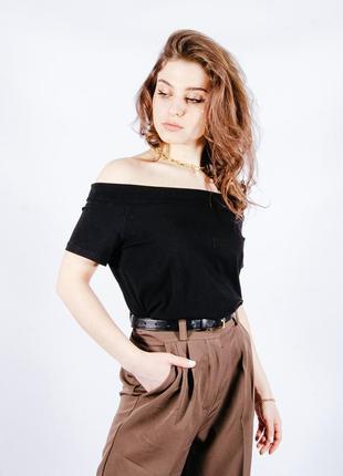 Женская черная футболка с открытыми плечами