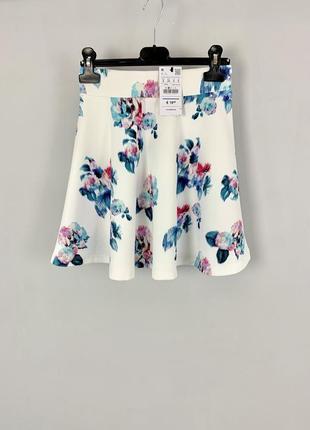 Белая расклешенная мини юбка с цветочным принтом высокая талия pull&bear