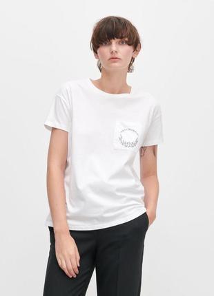 Стильная белая футболка s reserved с карманчиком карманом с принтом