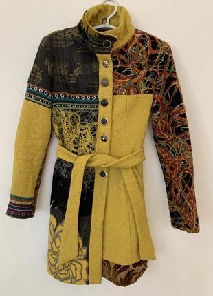 Стильное желтое пальто