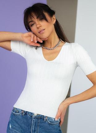 Приталенная белая футболка в рубчик