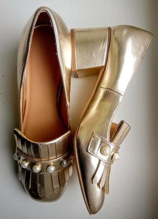 Золотые лоферы с жемчугом туфли на скошенном каблуке by very