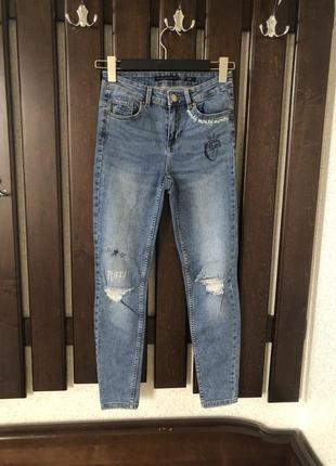 Рванные джинсы slim с принтом